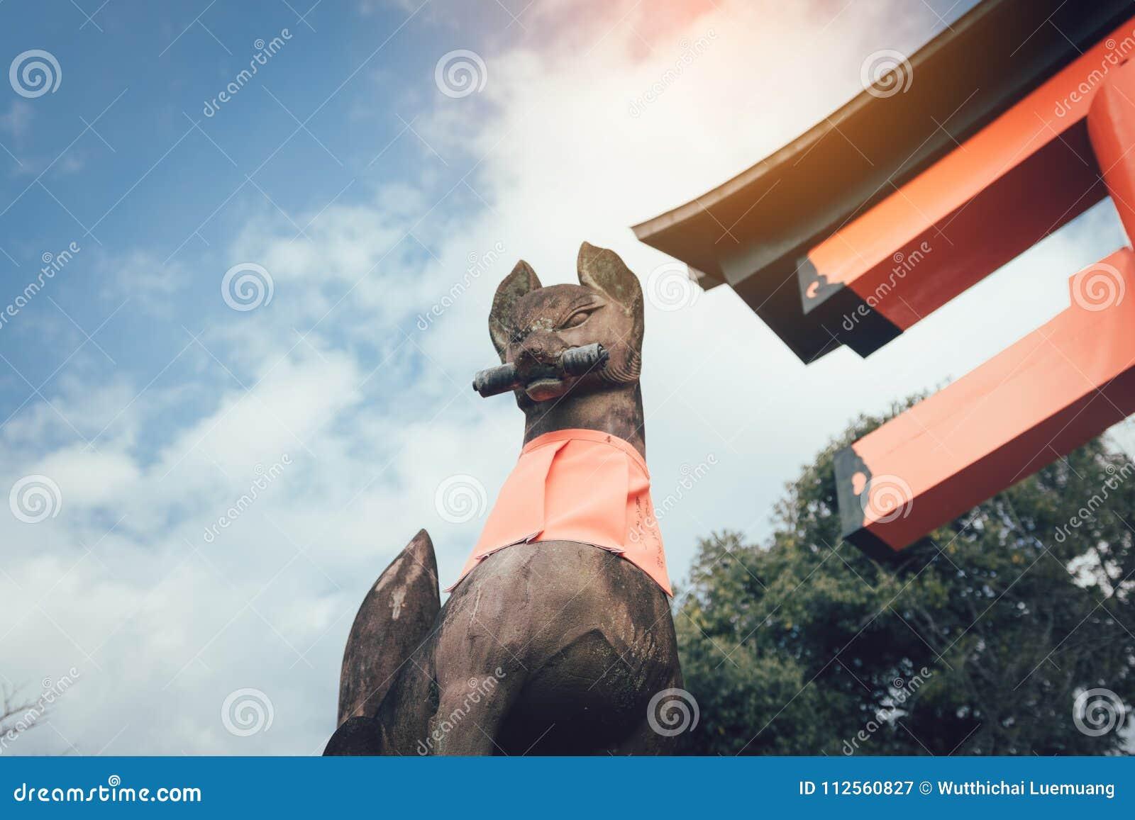 Sten av förmyndareräven av Fushimi Inari Taisha i Kyoto, Japan
