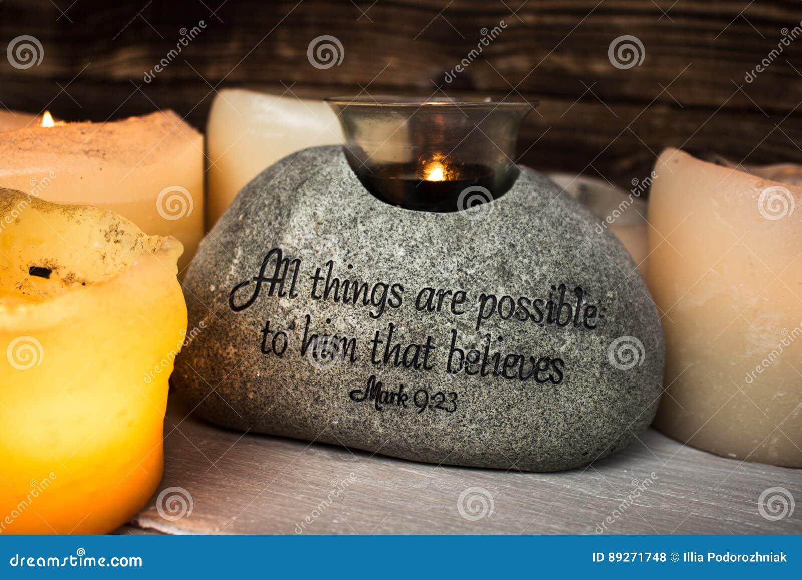 Sten med kristen scripture med den ljusa stearinljuset