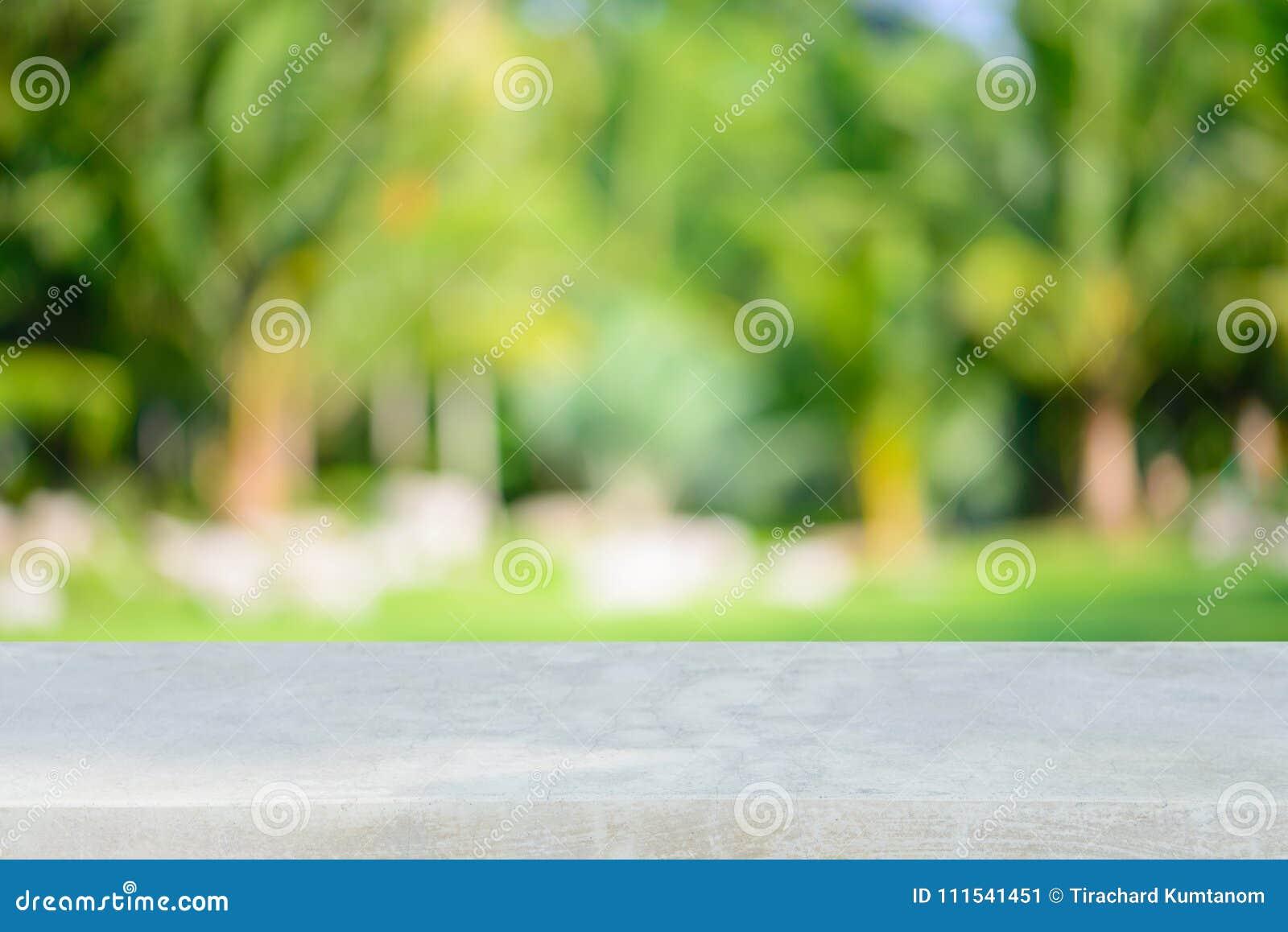 Stena den tomma tabellen för brädet framme av suddig bakgrund Perspektivgrå färgsten över suddighetsträd i skog