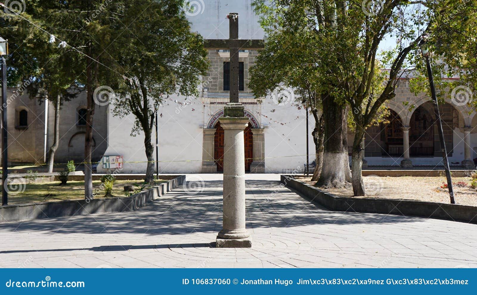 Stena korset på den huvudsakliga ingången av en kyrka
