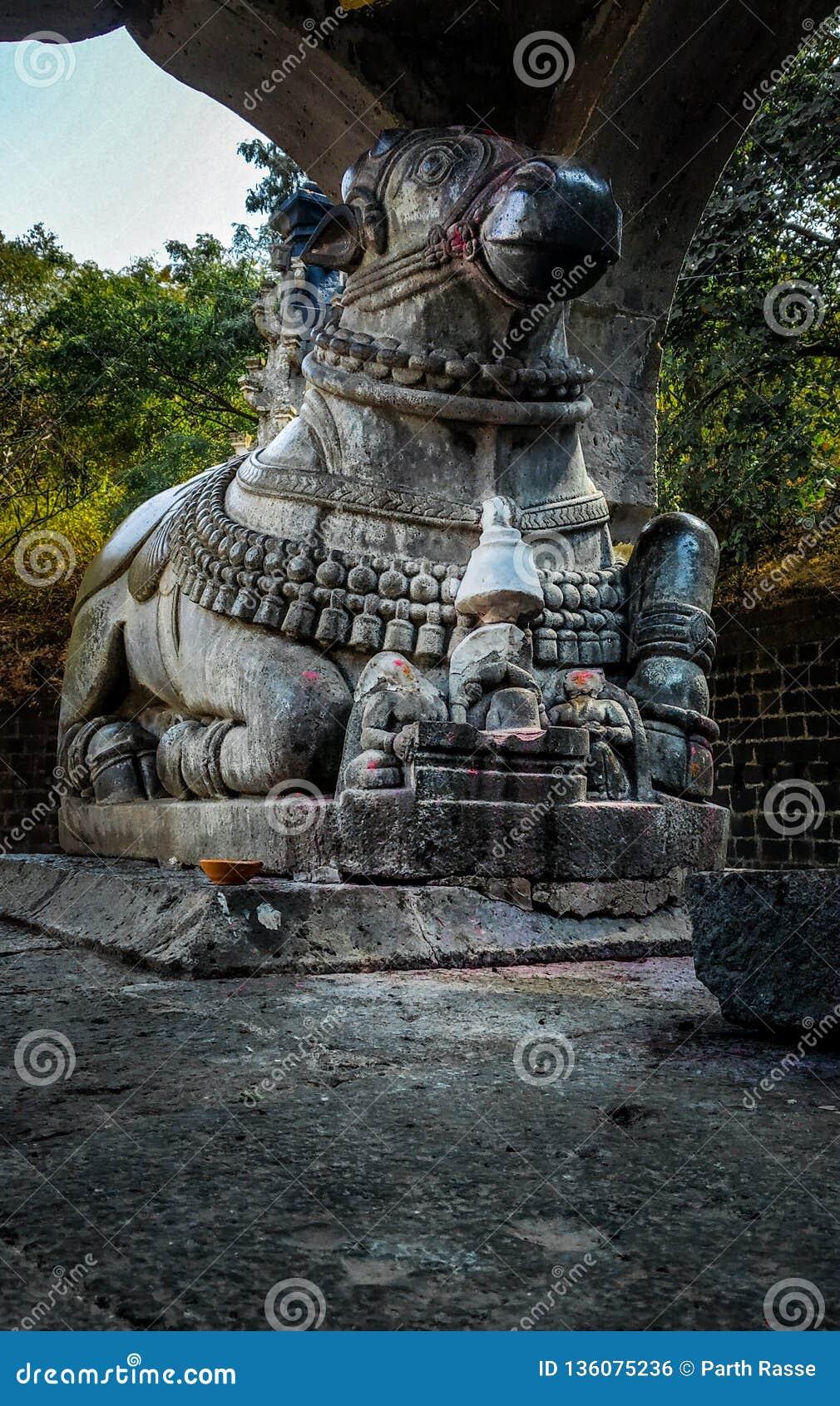 Stena statyn av nandien i en gammal forntida tempel