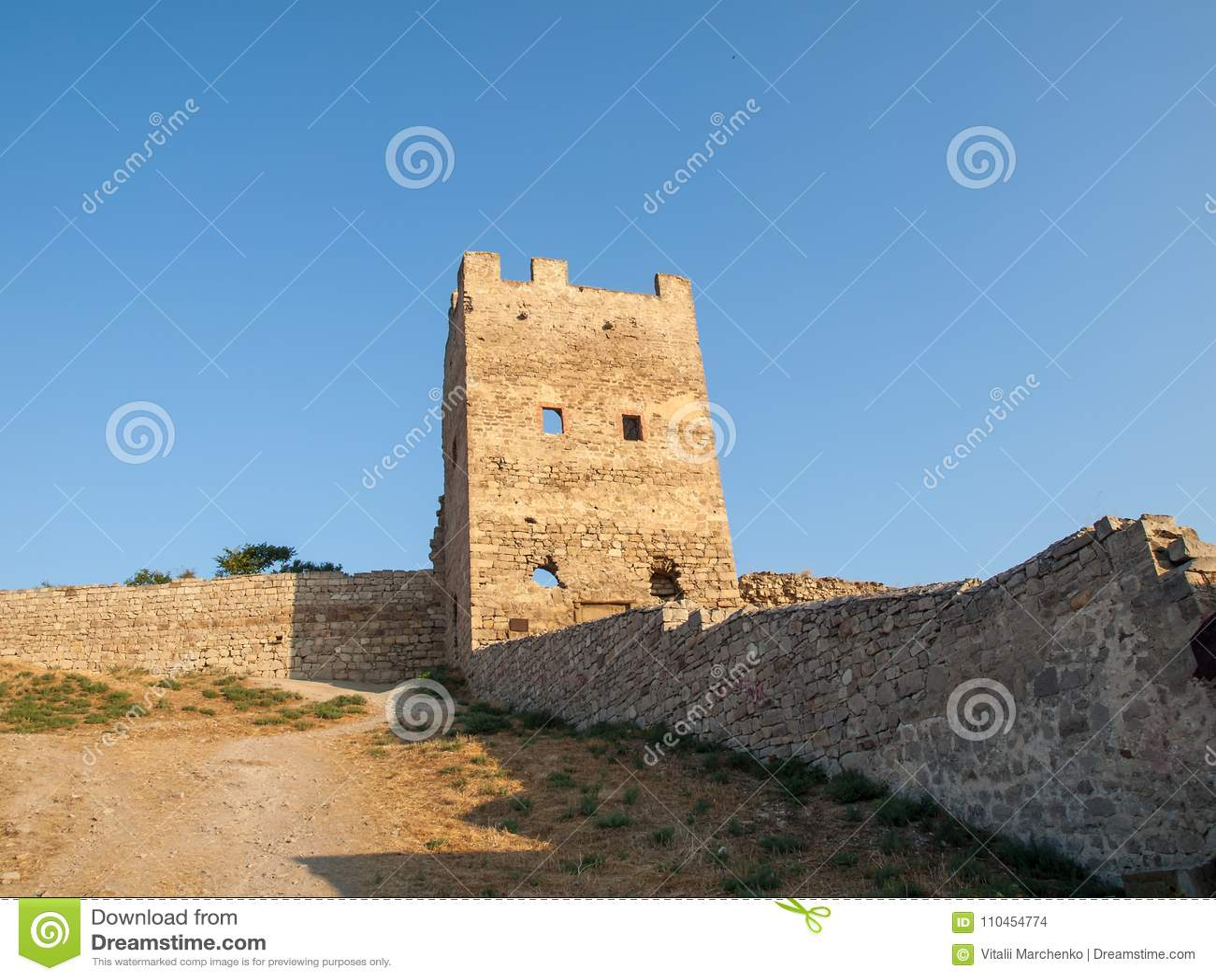 Stena tornet av en forntida fästning med att gränsa till varandra steniga väggar
