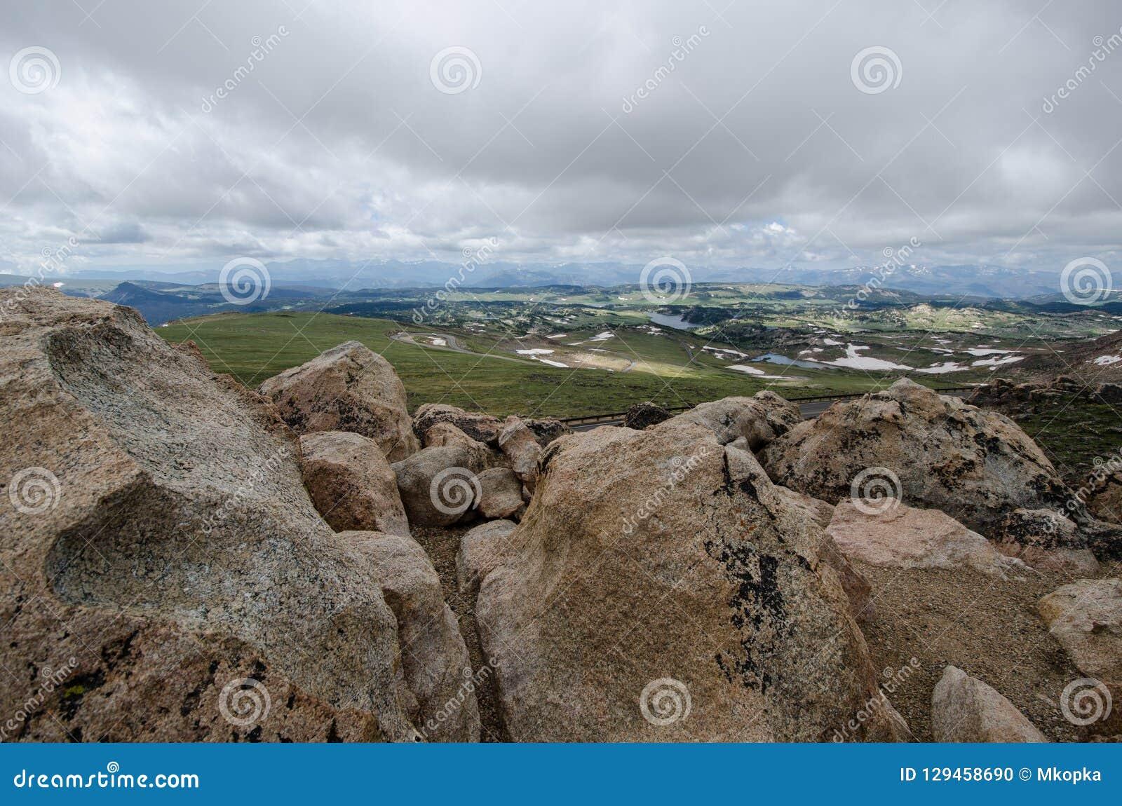 Stenblock och stort vaggar längs den Beartooth huvudvägen i Montana