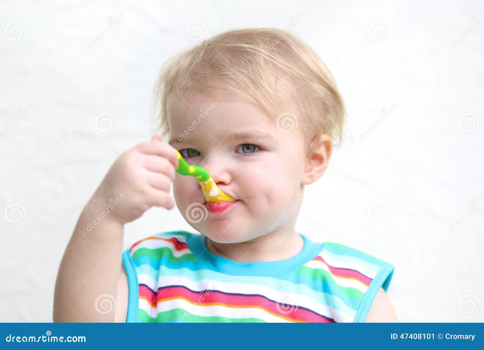 Ståenden Av Behandla Som Ett Barnäta Havregröt Med Skeden Arkivfoto Bild 47408101