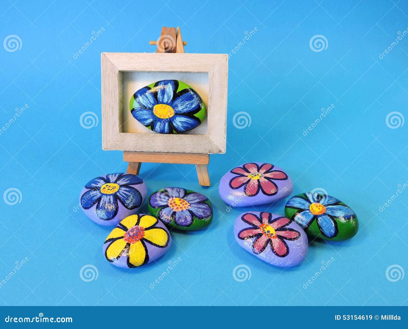 Stenen met geschilderde bloemen