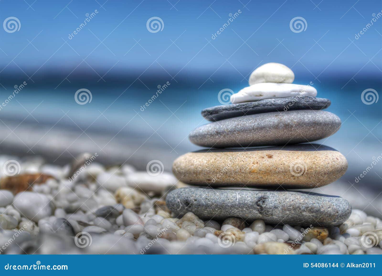 Stenenstapel op witte kiezelstenen door de kust