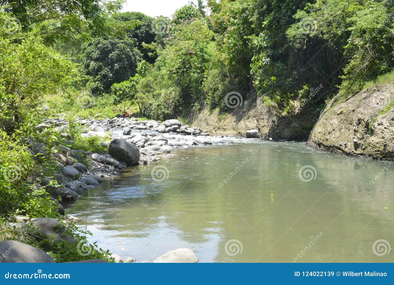 Stenig del av den Ruparan floden på barangay Ruparan, Digos stad, Davao del Sur, Filippinerna