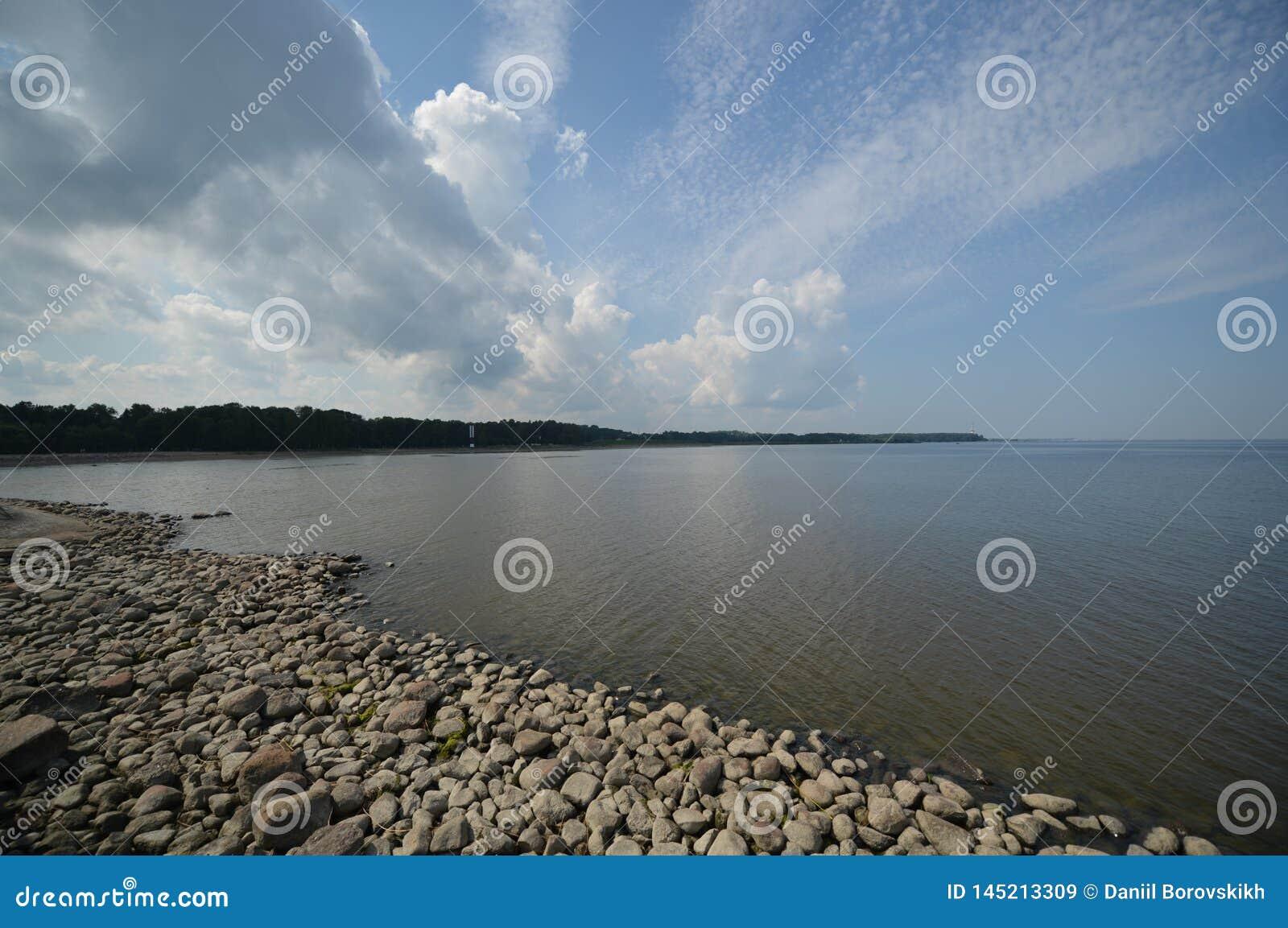 Stenig kust- och molnhimmel
