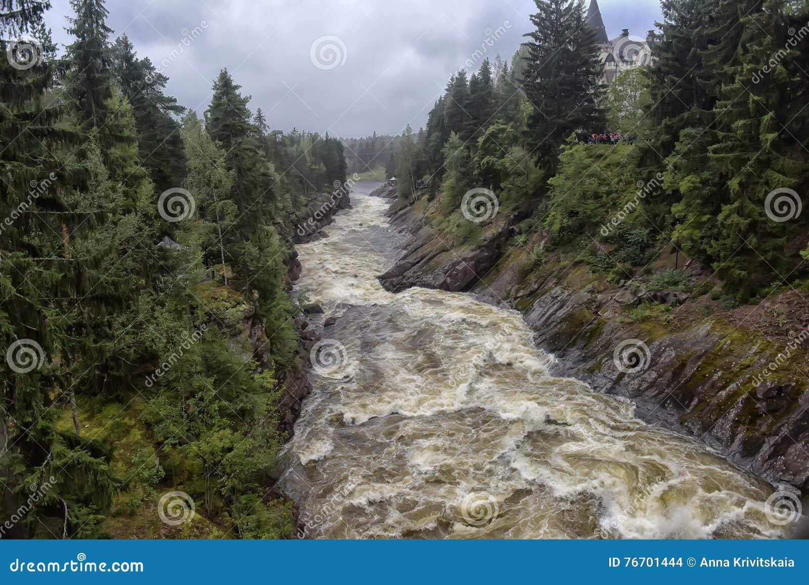Stenig vuoksi för forntida för gruppfinland skog flod för imatra Flod Vuoksa
