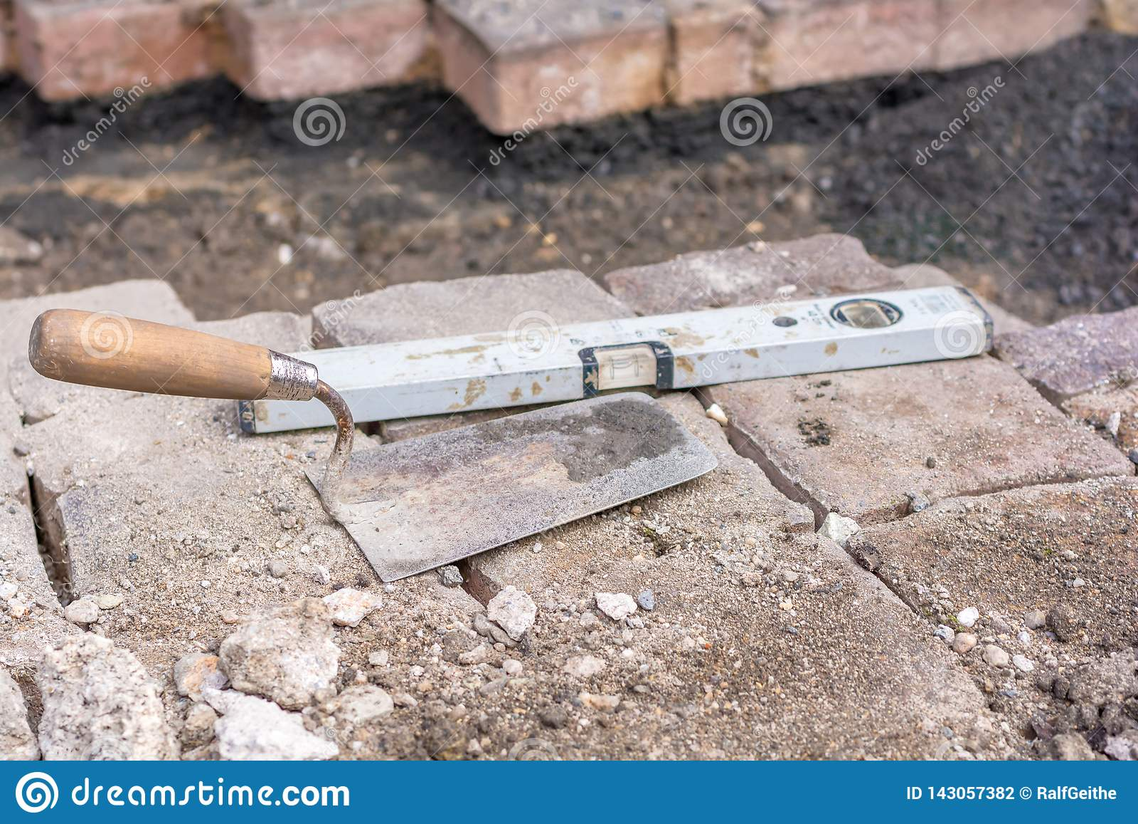 Stenläggningstenar läggas efter manhålarbete