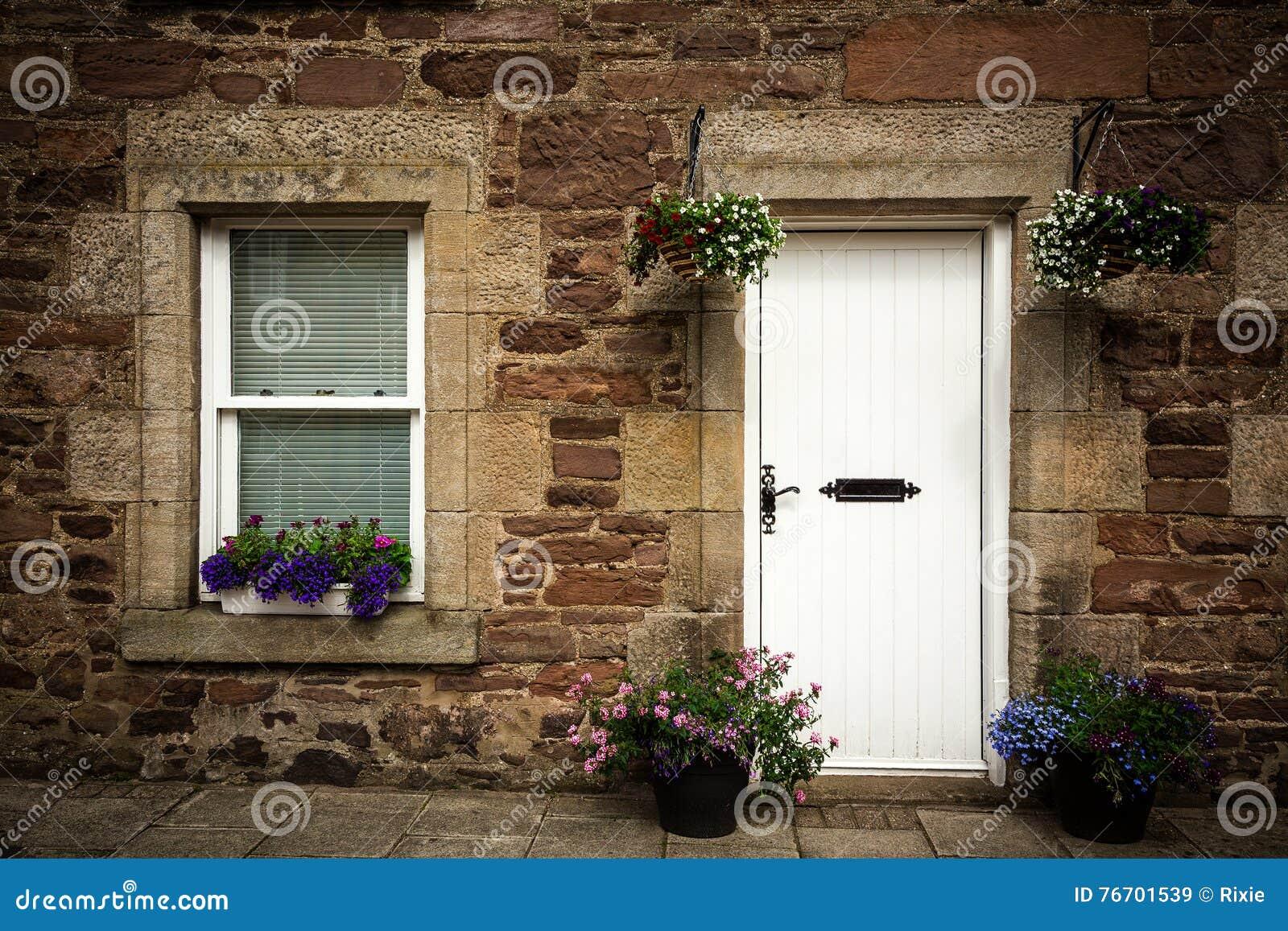 Stenstugadörr och fönsterdetalj