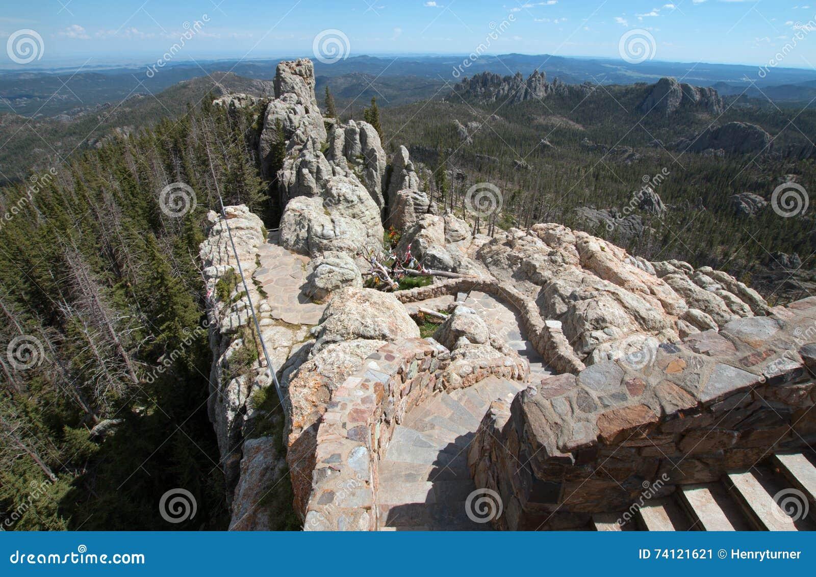 Stentrappuppgång som leder ner från torn för utkik för Harney maximumbrand i Custer State Park