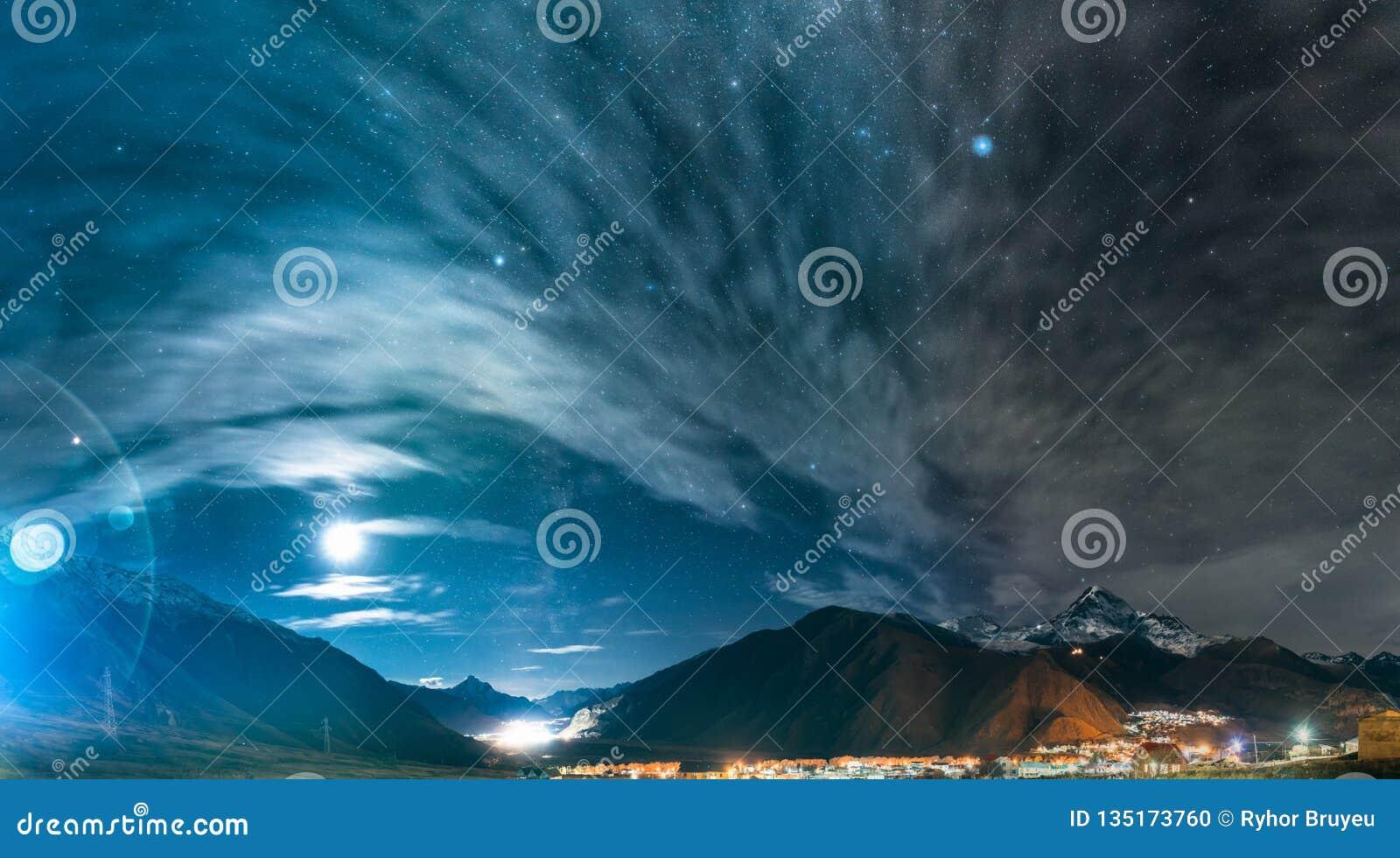 Stepantsminda, Gruzja Nocy Gwiaździsty niebo Nad Piękny Gruzja