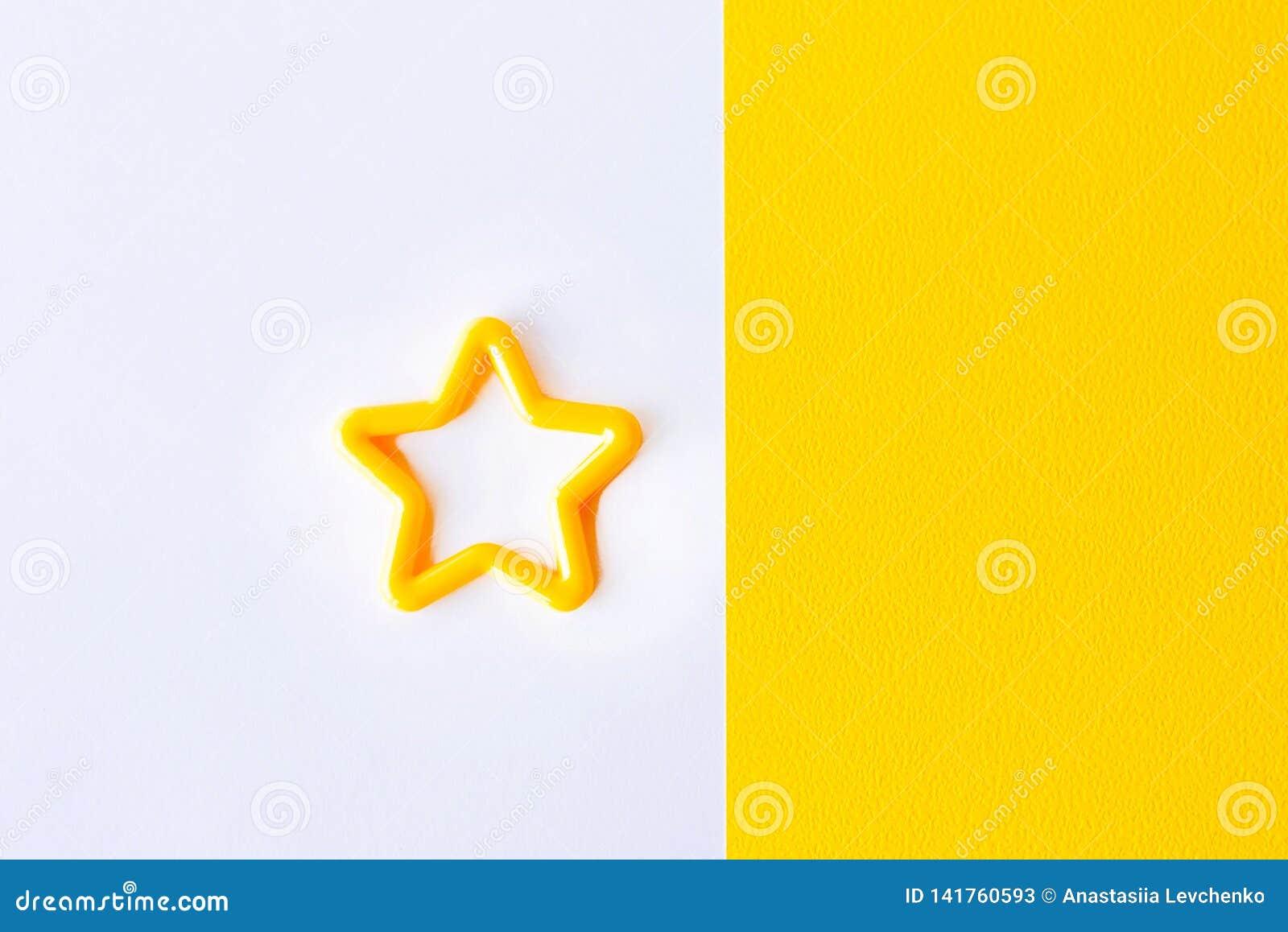 Ster op witte en gele achtergrond Vlak leg Exemplaarruimte voor tekst