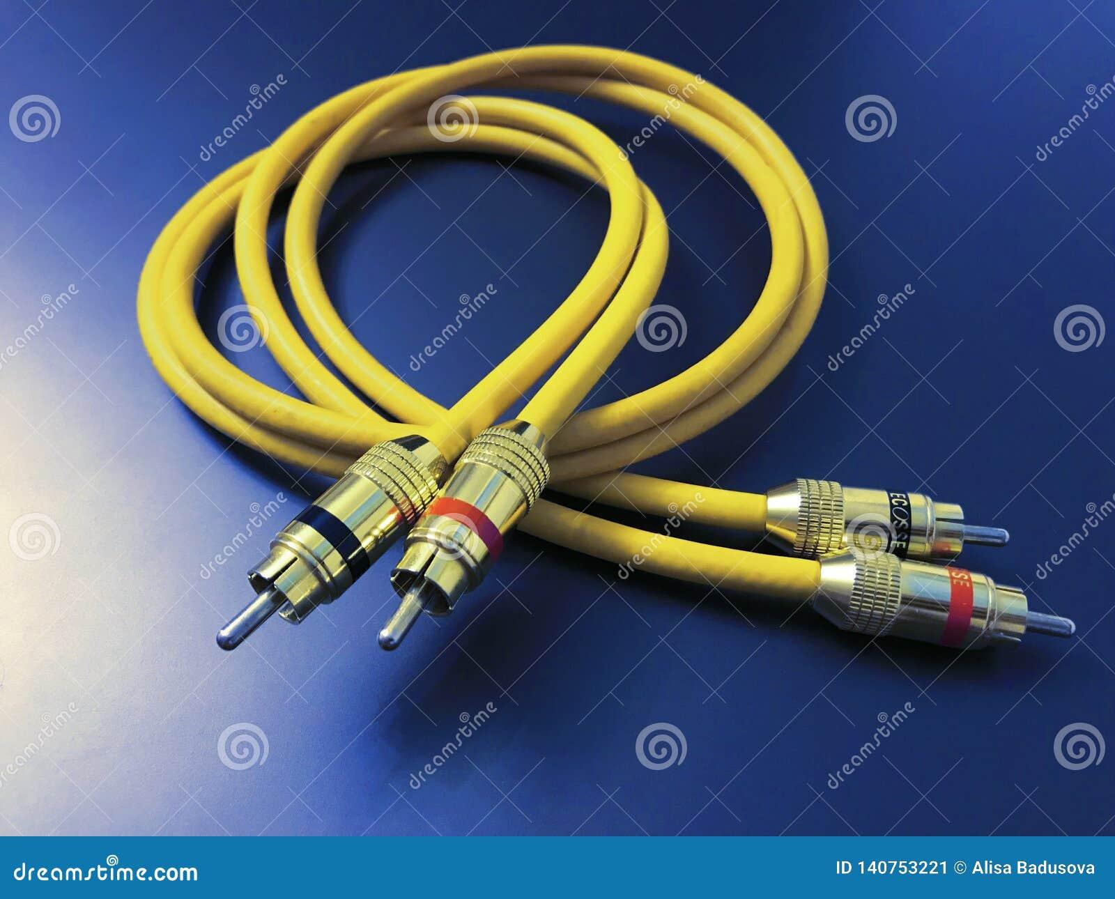 Stereo audiouitbreidings gele kabel die op blauwe achtergrond wordt geïsoleerd