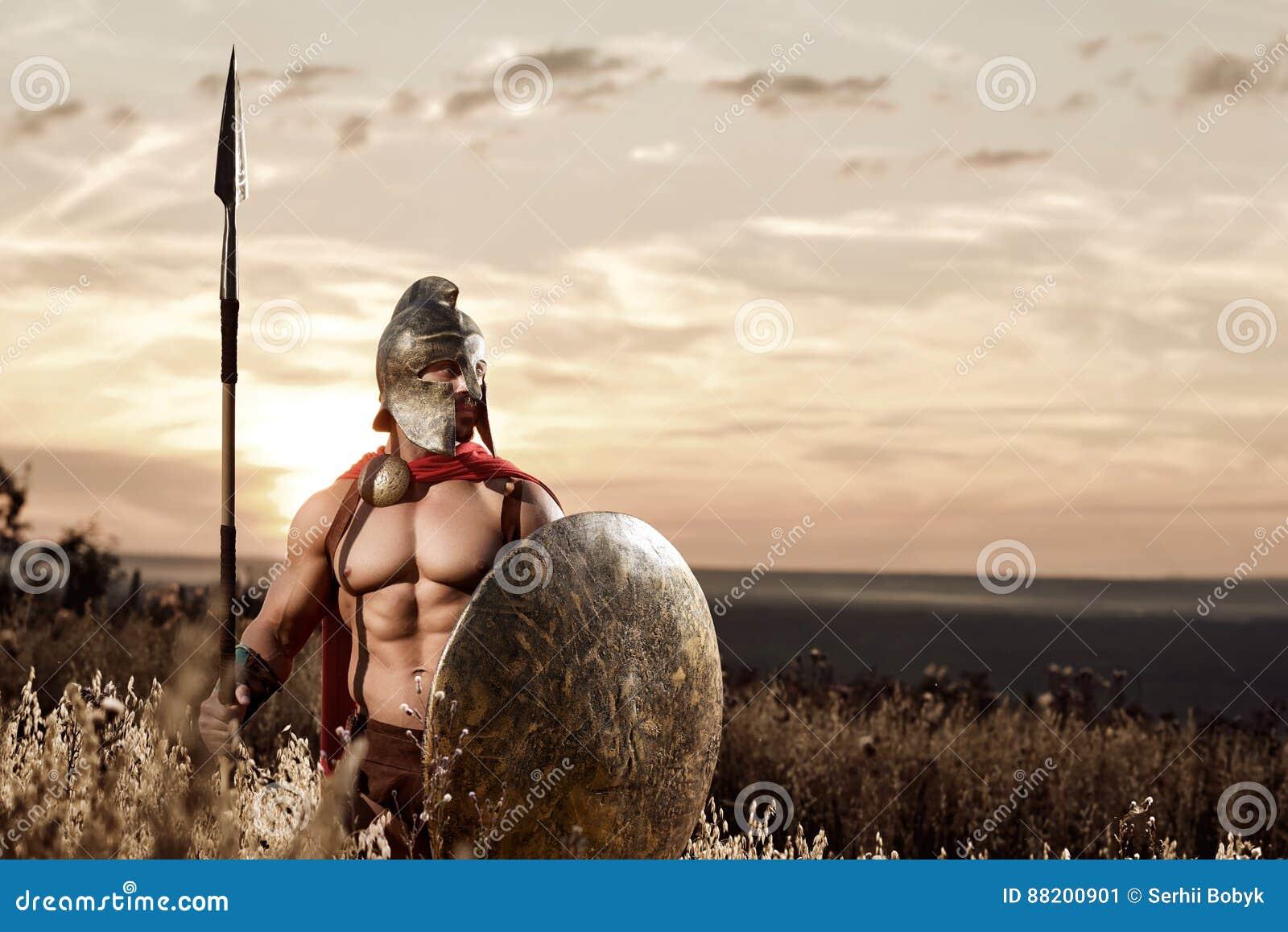 Sterke Spartaanse strijder in veldtenue met een schild en spear