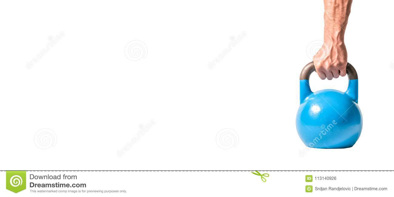 Sterke spiermensenhand met spieren die blauwe zware die kettlebell houden gedeeltelijk op witte achtergrond wordt geïsoleerd