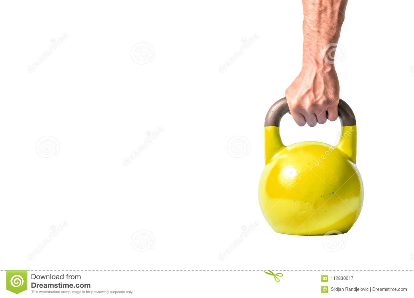 Sterke spiermensenhand met spieren die gele zware die kettlebell houden gedeeltelijk op witte achtergrond wordt geïsoleerd