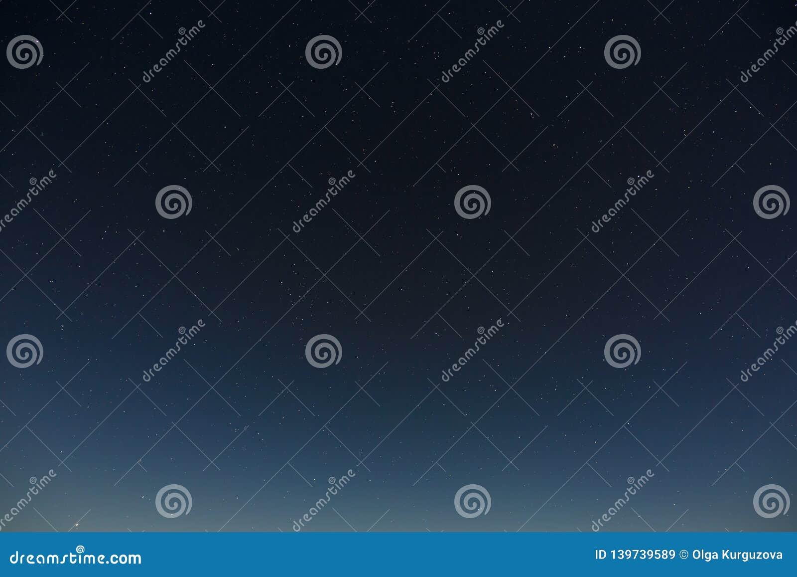 Sterren in de nachthemel Kosmische ruimteachtergrond met de gefotografeerde volle maan