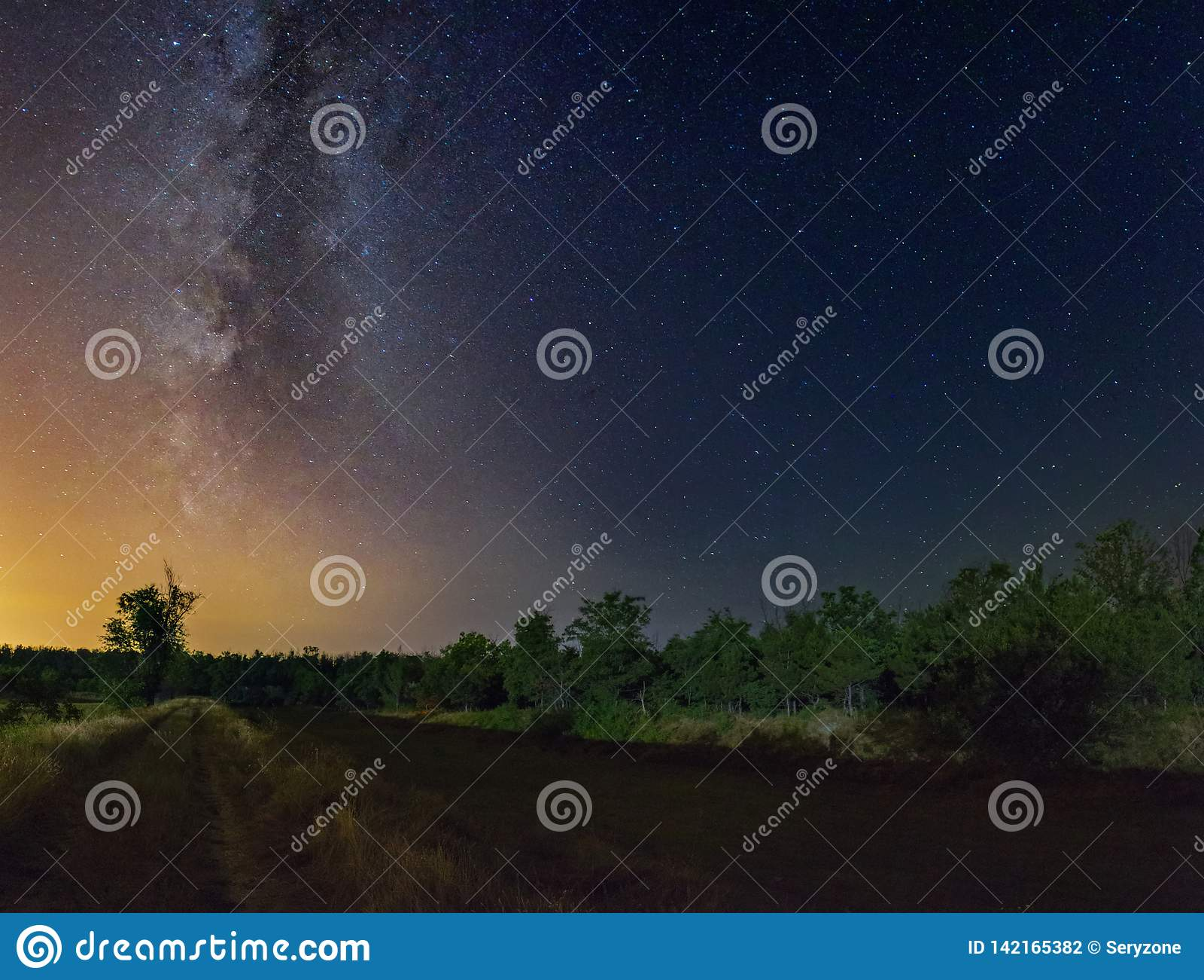 Sterrige hemel met Melkwegmelkweg over het landelijke landschap van de de zomernacht