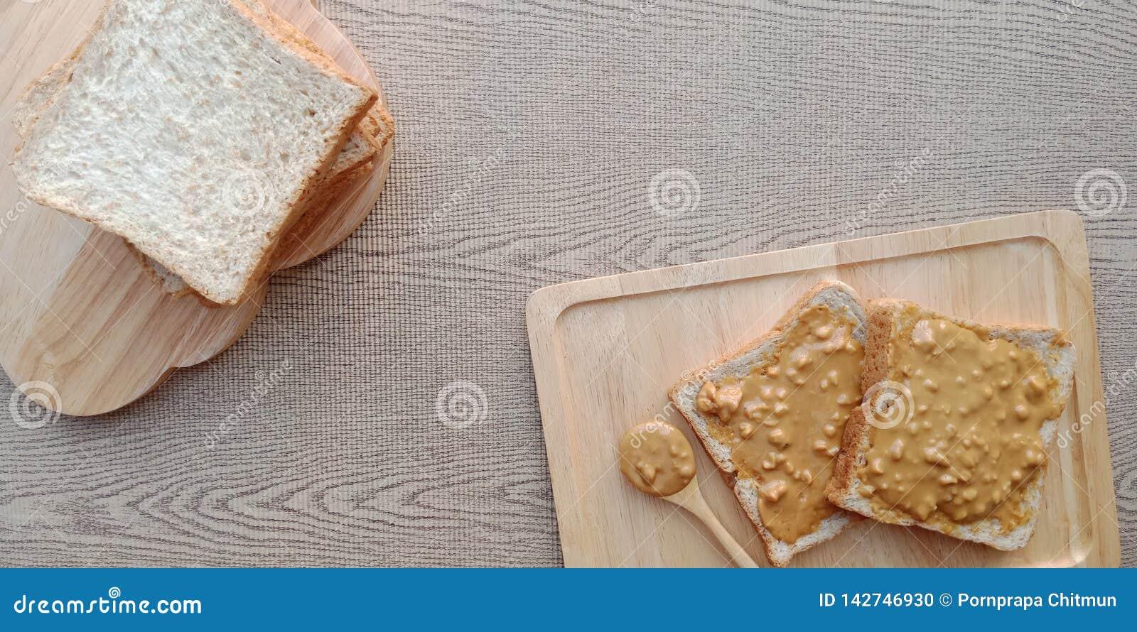 Sterta całej banatki chleb i niektóre masło orzechowe na wierzchołku