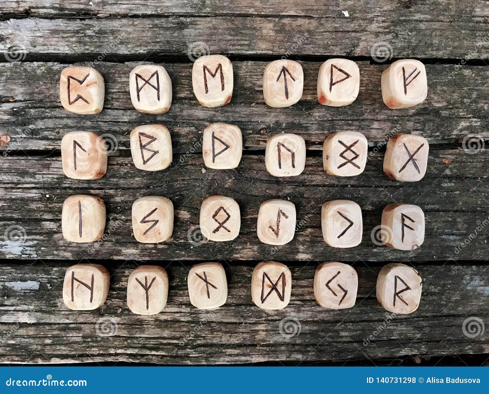 Sterta drewniani runes przy lasowymi Drewnianymi runes kłama na starym drewnianym tle Runes cią od drewnianych bloków Na each