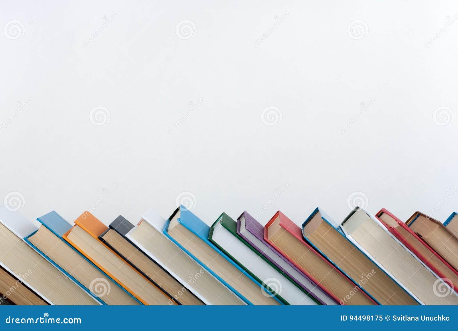 Sterta kolorowe książki Edukaci tło tylna szkoły Rezerwuje, hardback kolorowe książki na drewnianym stole Edukacja