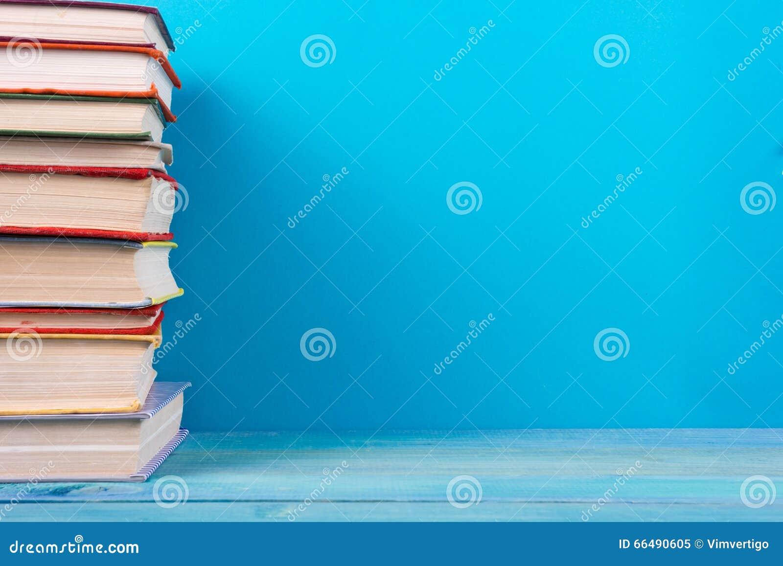 Sterta kolorowe książki, grungy błękitny tło, bezpłatnej kopii przestrzeń