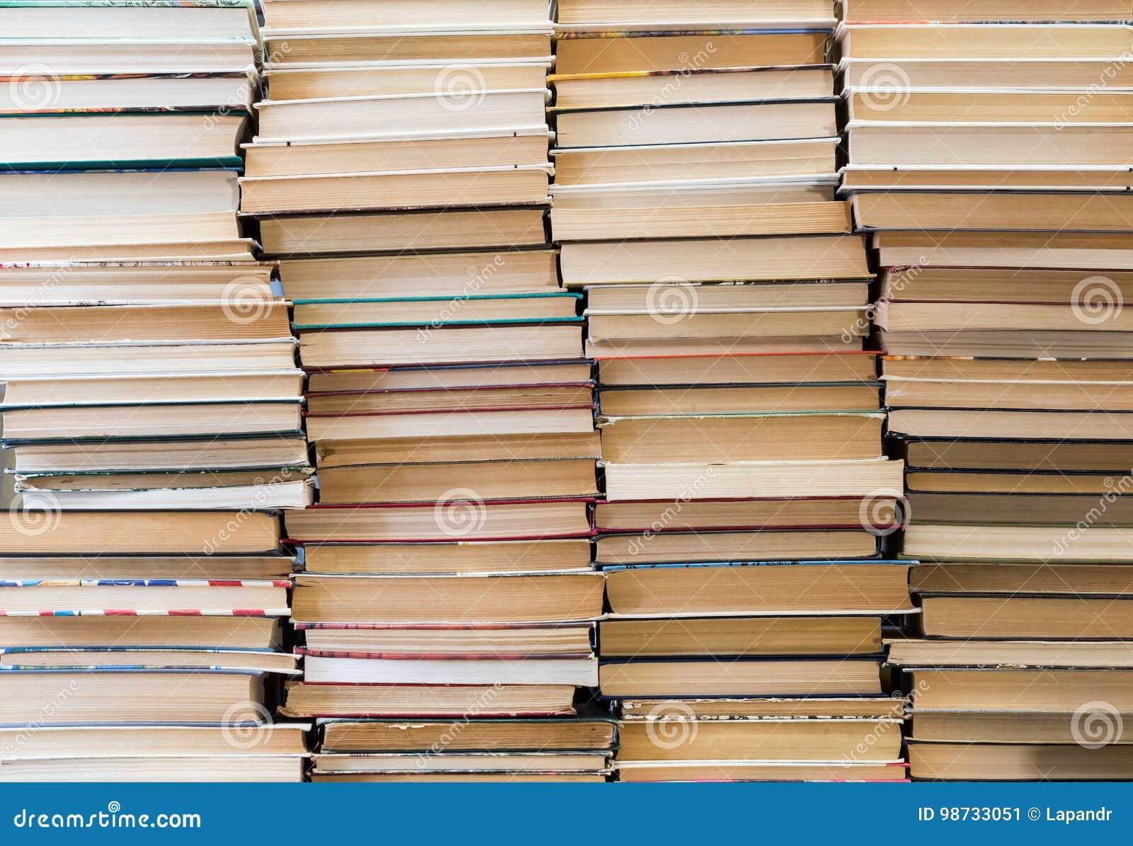 Sterta książki z kolorowymi pokrywami Bookstore lub biblioteka Książki lub podręczniki Edukacja i czytanie