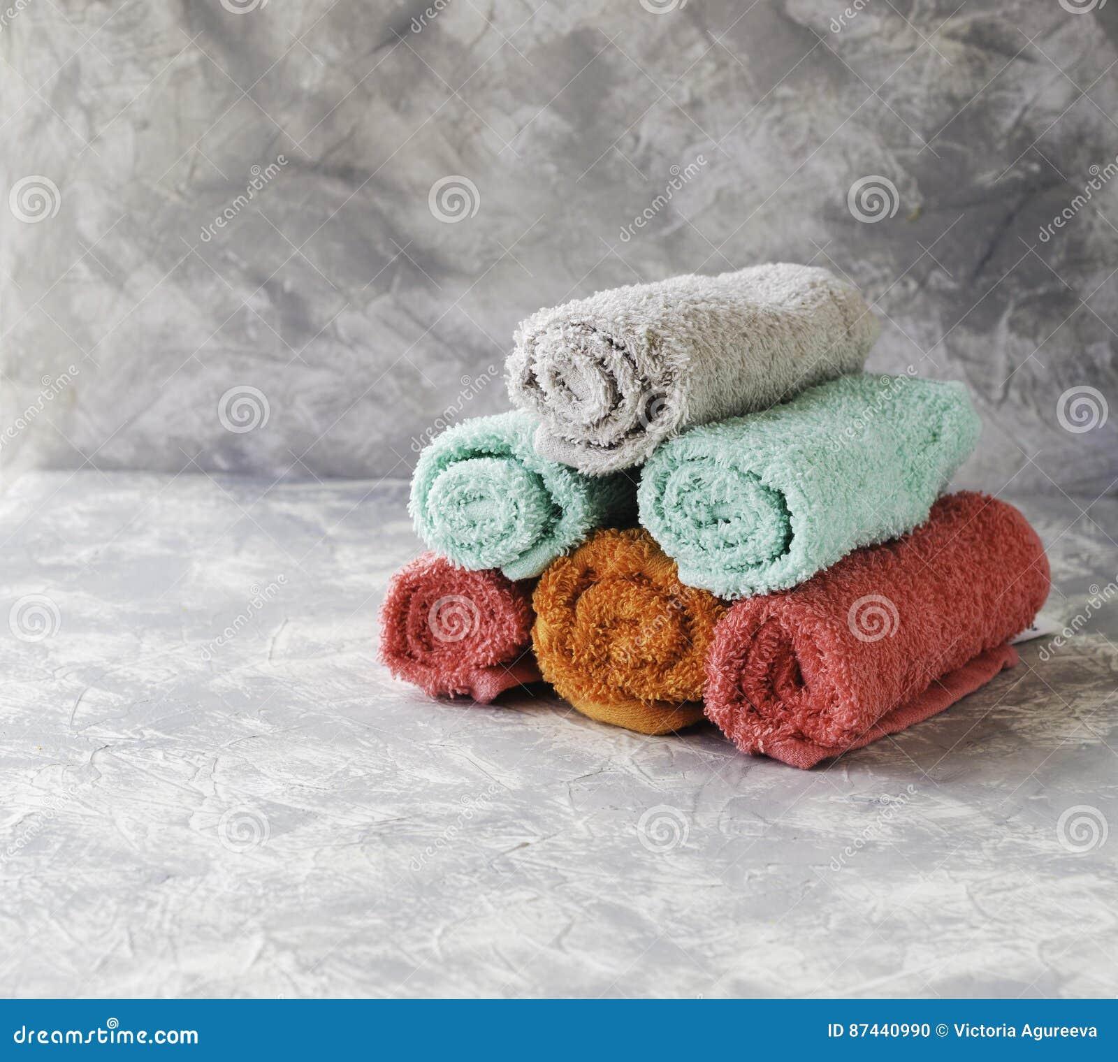 Sterta ręczniki na wykłada marmurem stół, przestrzeń pod tekstem, selekcyjna ostrość