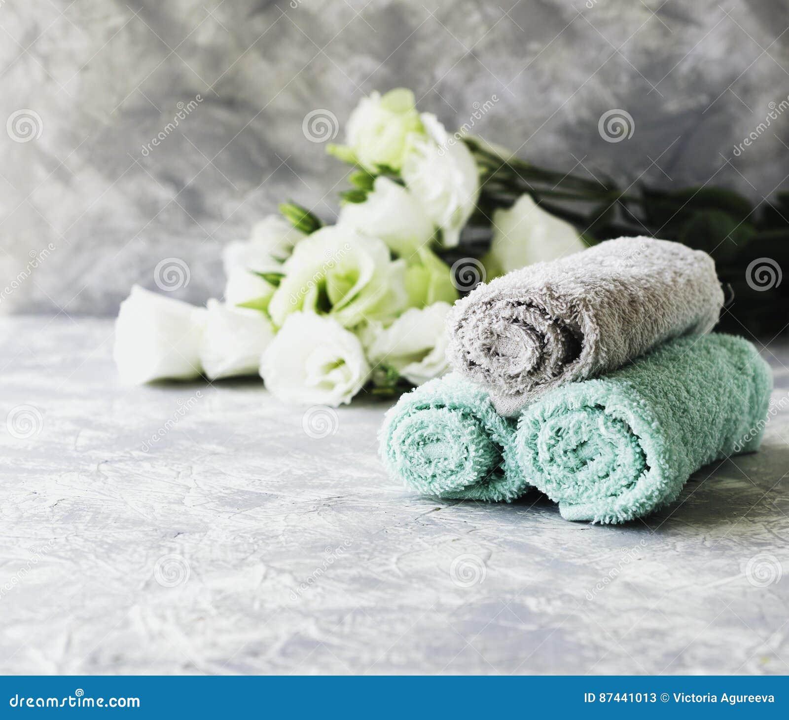 Sterta ręczniki z kwiatami dla zdrój przestrzeni pod tekstem, selekcyjna ostrość