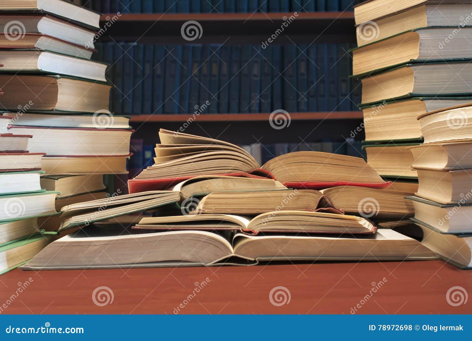 Sterta wiele stare książki na tle bookshelve