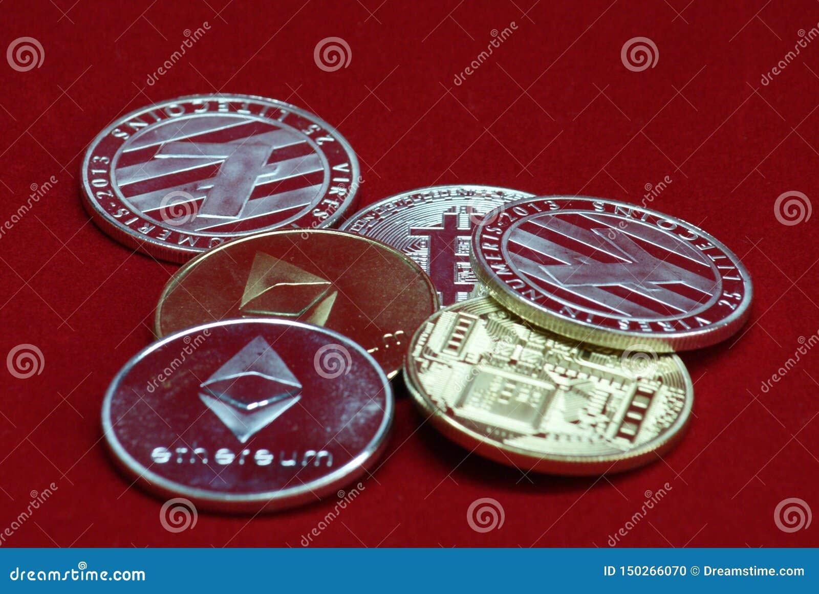Sterta złota i srebra cryptocurrency monety na czerwonym aksamitnym tle