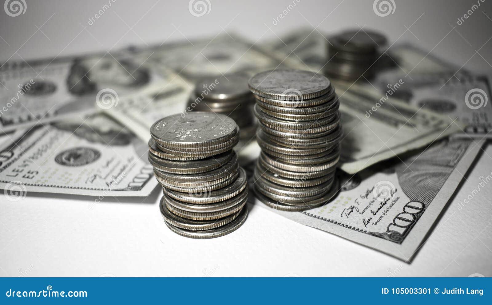 Sterty ćwiartki na górze papierowego pieniądze