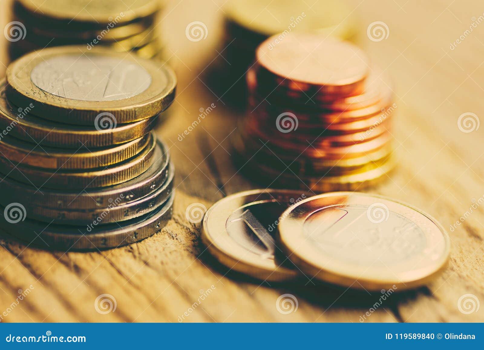 Sterty Glansowane Białe i Żółte Euro monety Różna wartość na Drewnianym tle Finansów zapasów Savings Inwestorski budżet