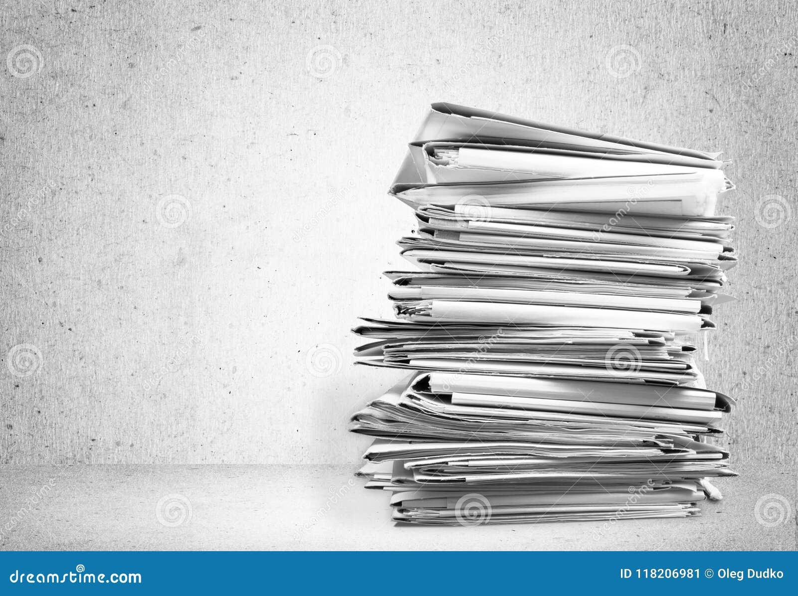 Sterty kartoteki falcówki z dokumentami