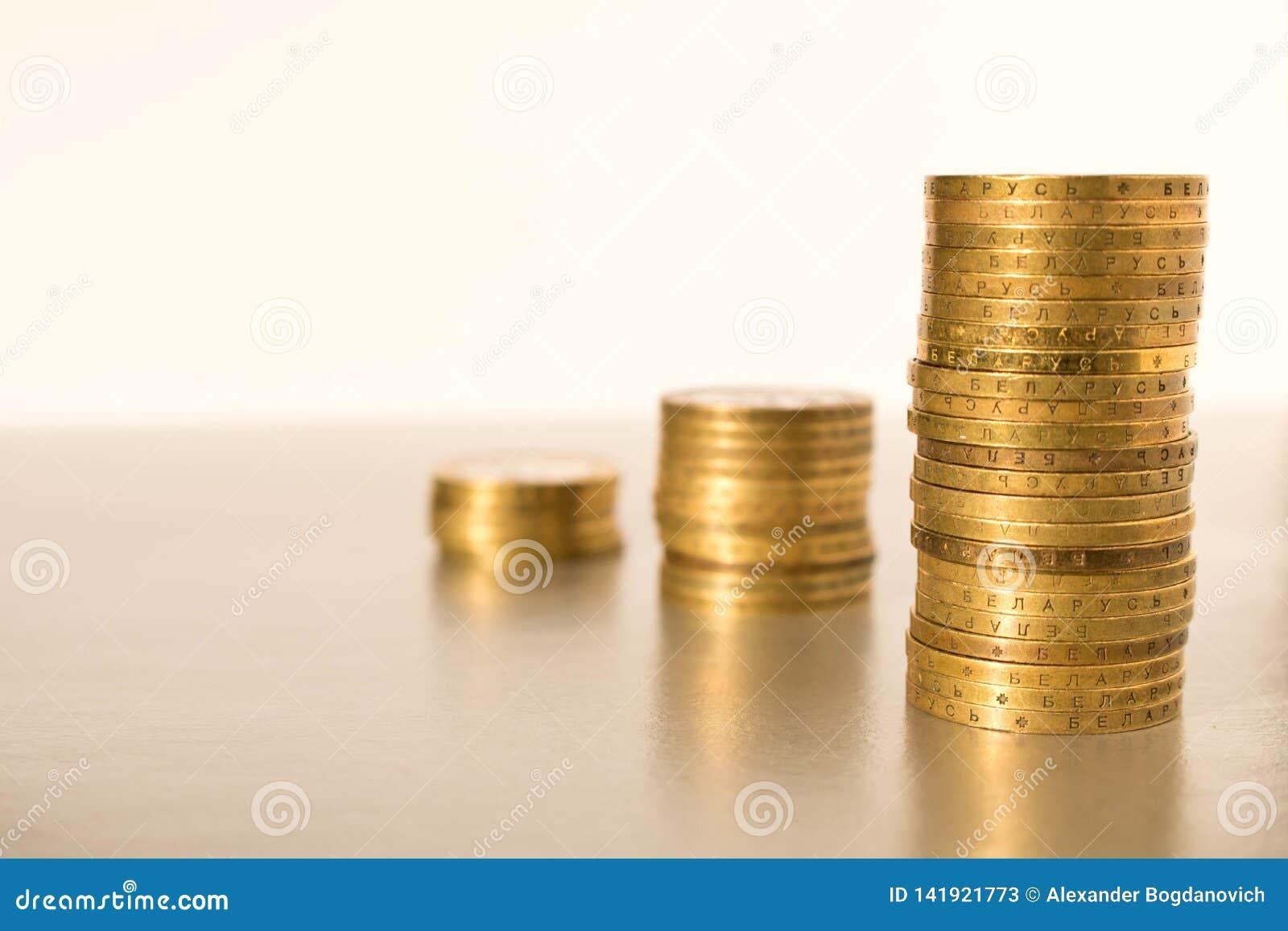 Sterty monety na lekkim tle Biznesowy pojęcie i przyrost kapitał