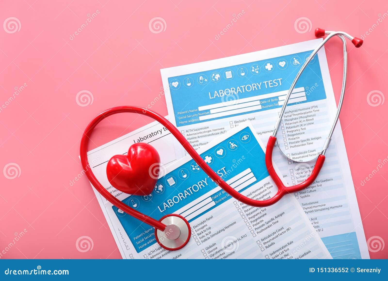 Stethoscoop met rode hart en lijsten van laboratoriumtests aangaande kleurenachtergrond Het concept van de gezondheid