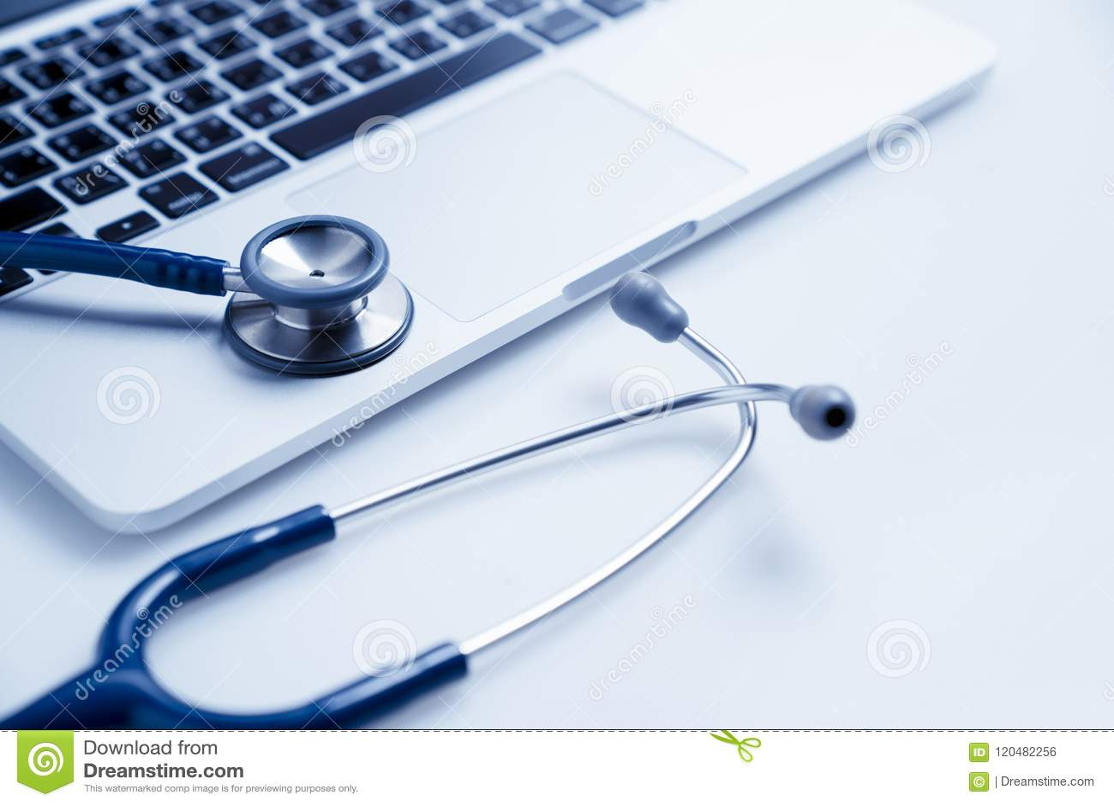 Stethoskop auf Laptop, Gesundheitswesen- und Medizin- oder Computervirenschutz und Reparaturwartungsservicekonzept