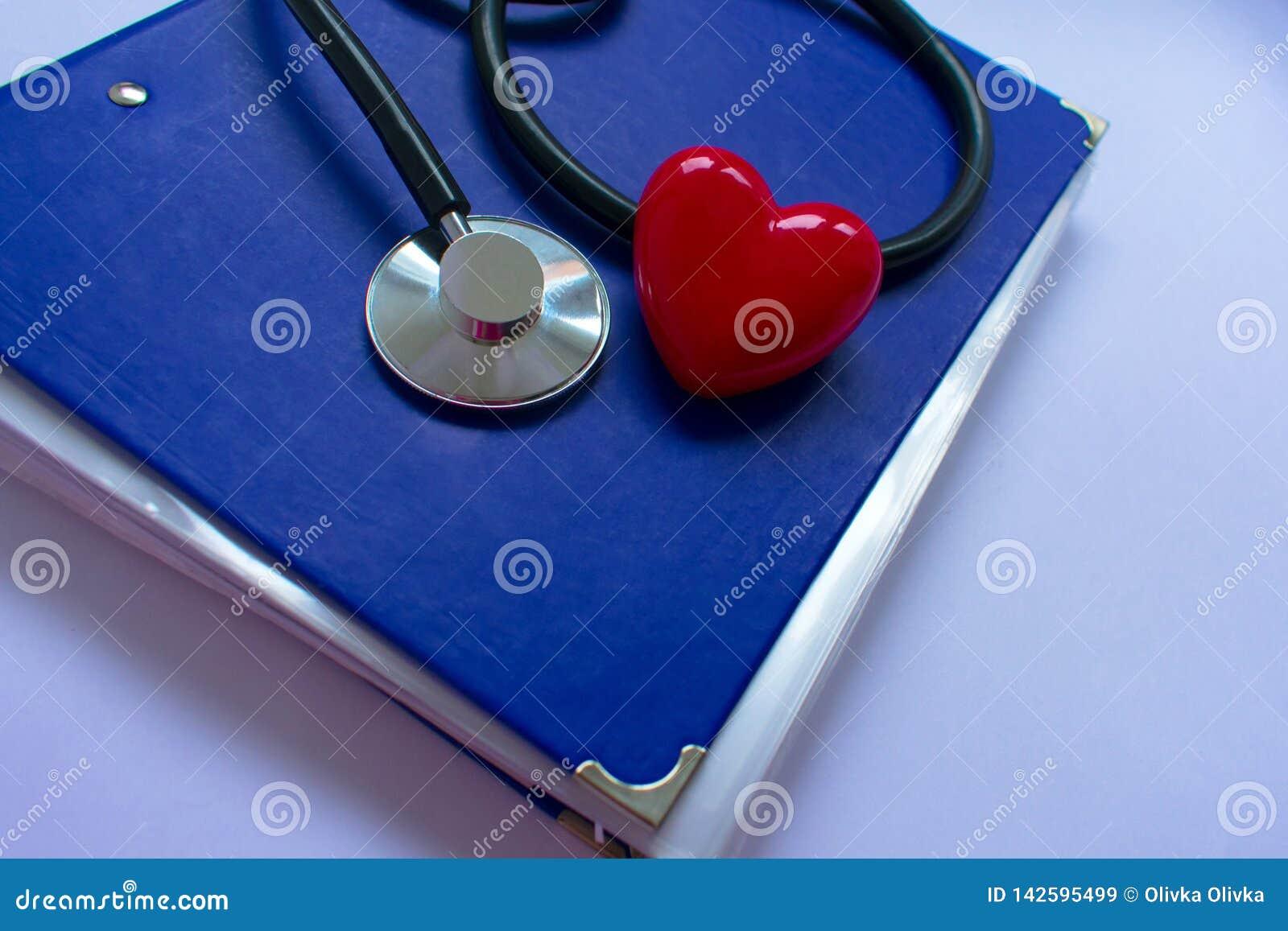 Stethoskop und heartn auf schwarzem Hintergrund