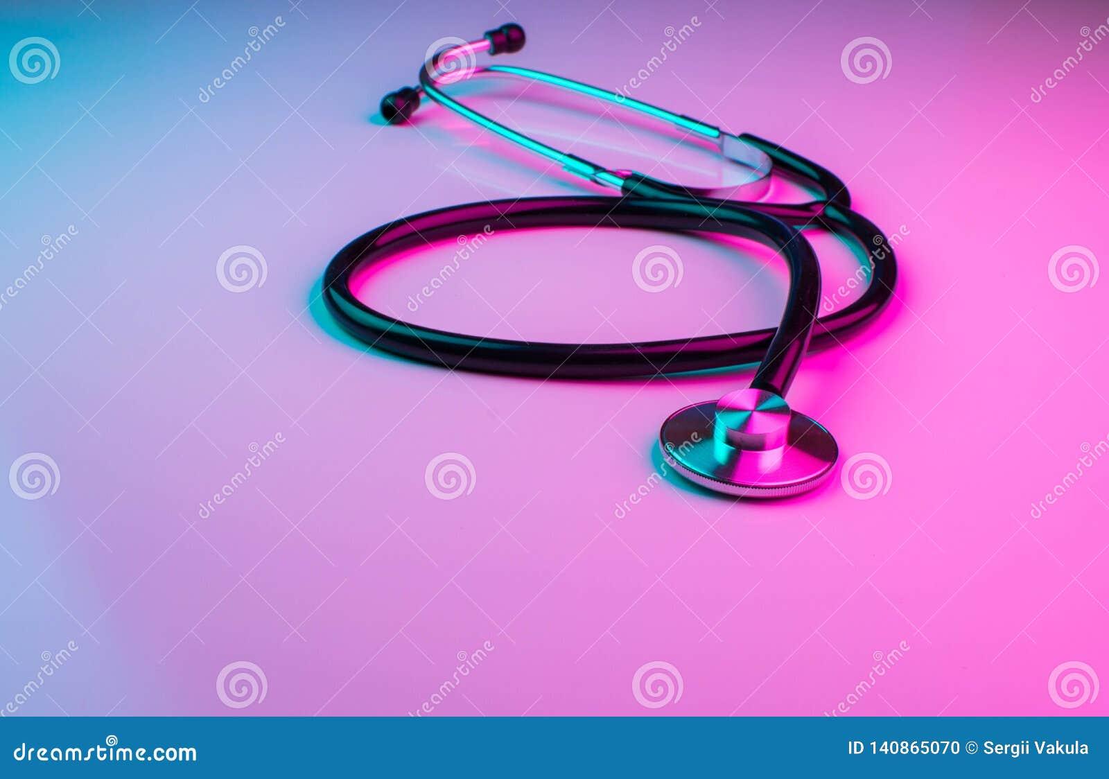 Stethoskope nero con le luci al neon olografiche ultraviolette variopinte Concetto creativo