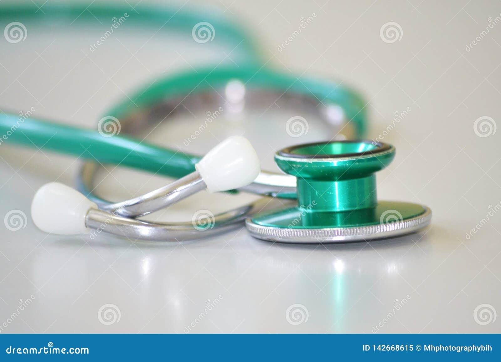 Stetoscopio verde e grigio