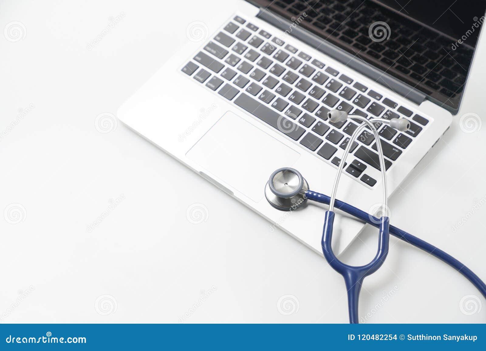 Stetoskop på bärbara datorn, sjukvård och medicin- eller datorantivirusskydd och begrepp för reparationsunderhållsservice