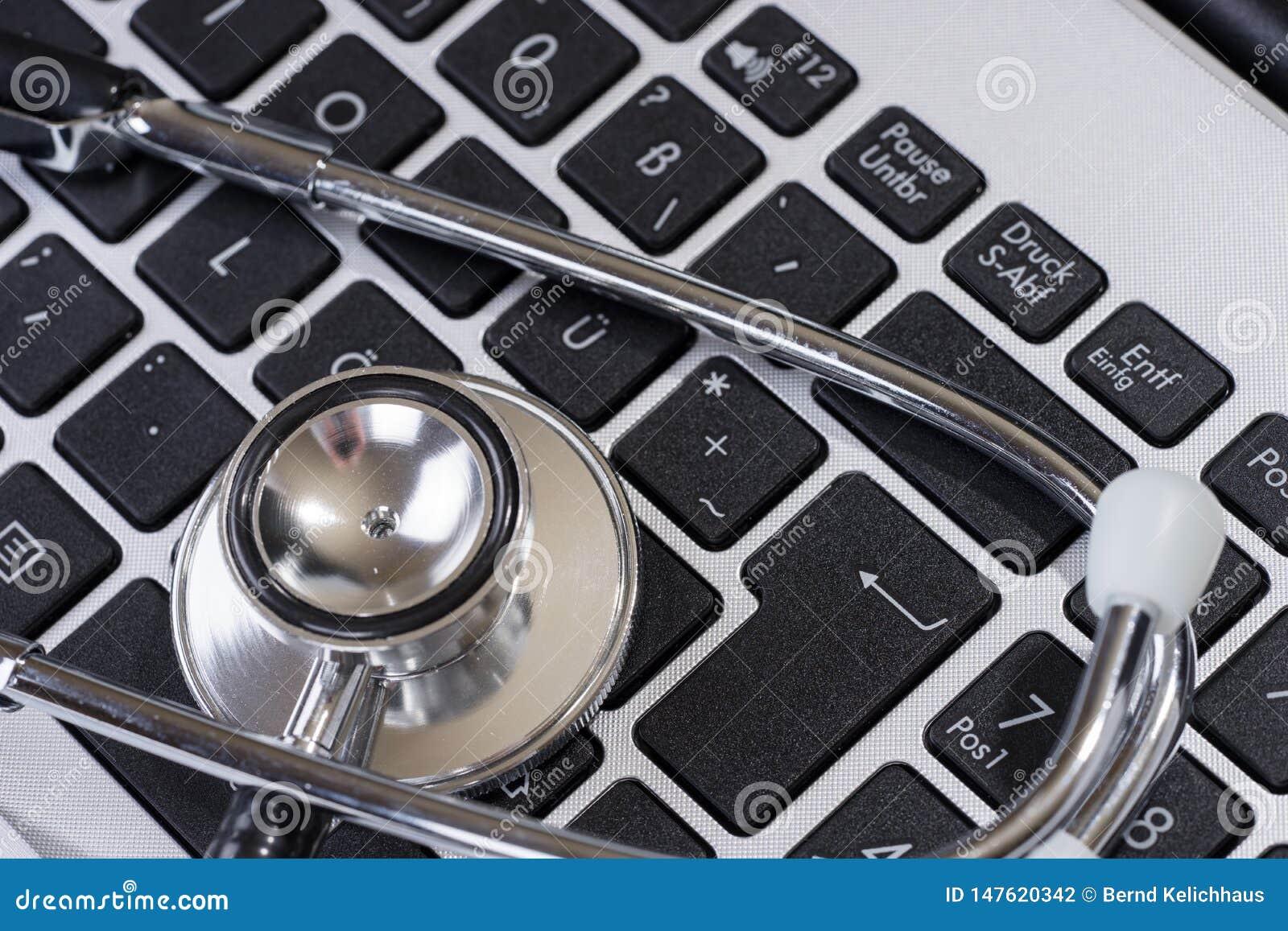 Stetoskop p? det moderna tangentbordet p? doktorsskrivbordet