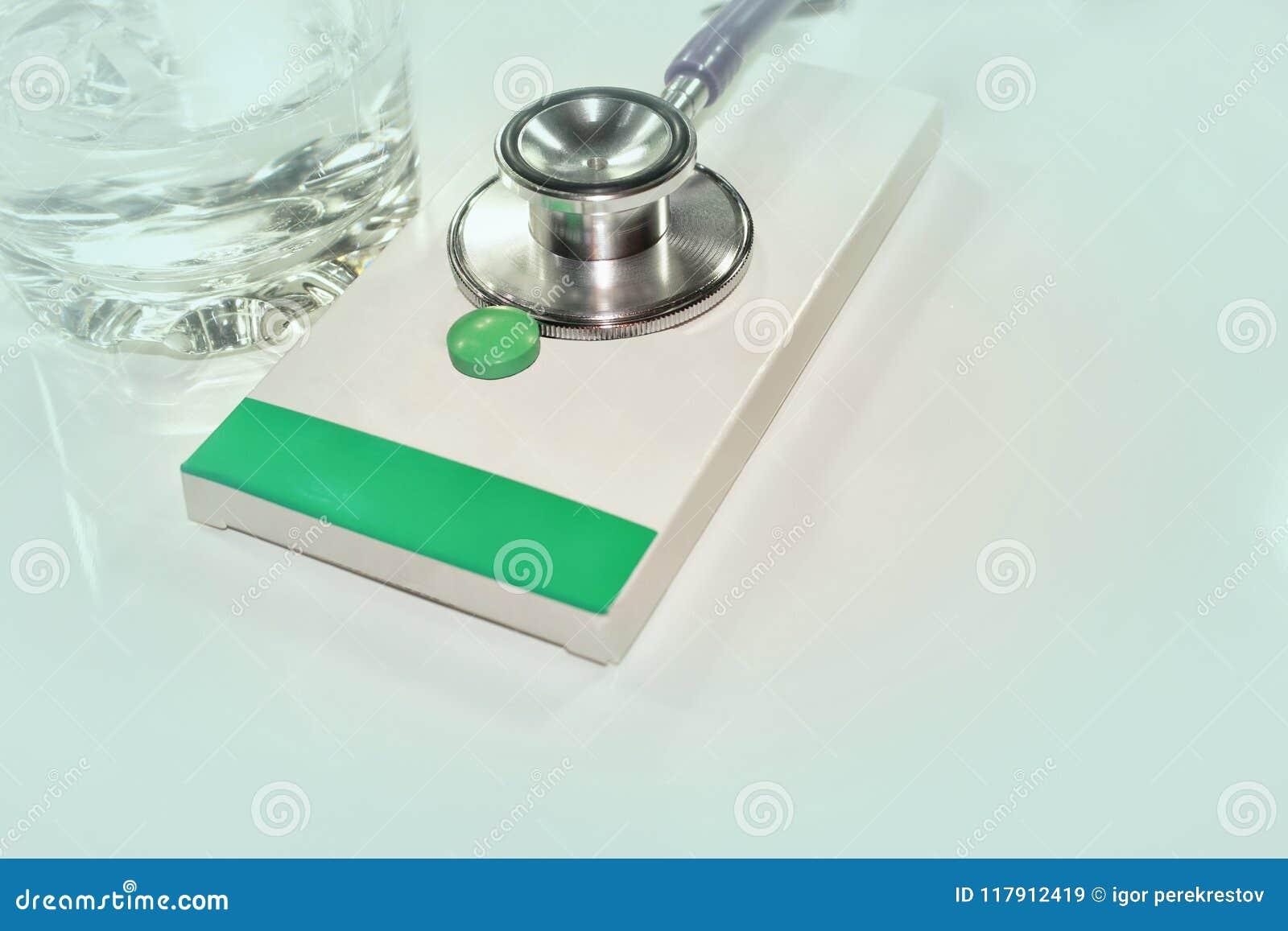 Stetoskop, wydatek na zdrowie lub pomoc finansowa, wysoki koszt drogi leka pojęcie