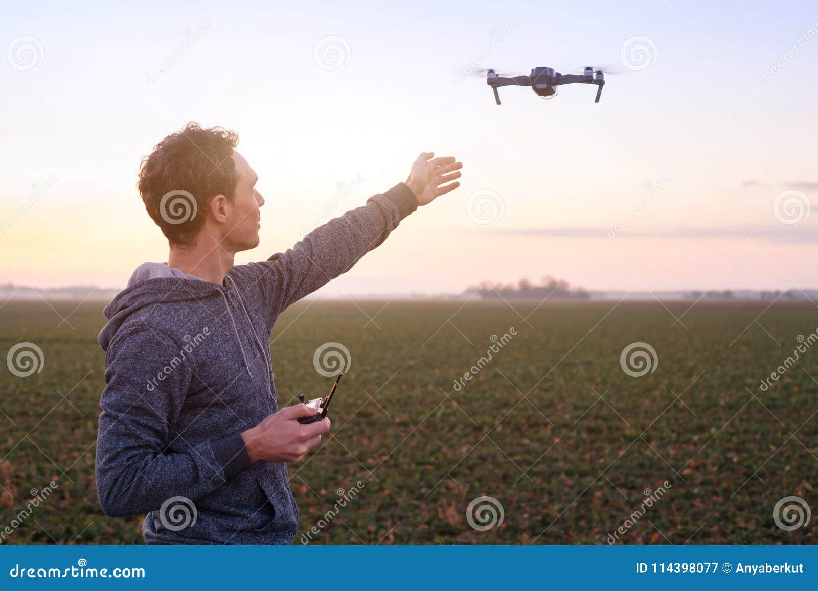 Steuerndes Drohne des Mannes