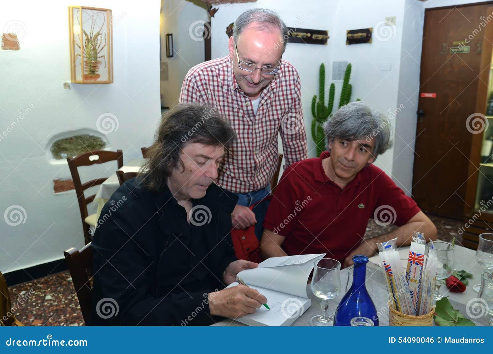 Steve Hackett die autographs ondertekenen