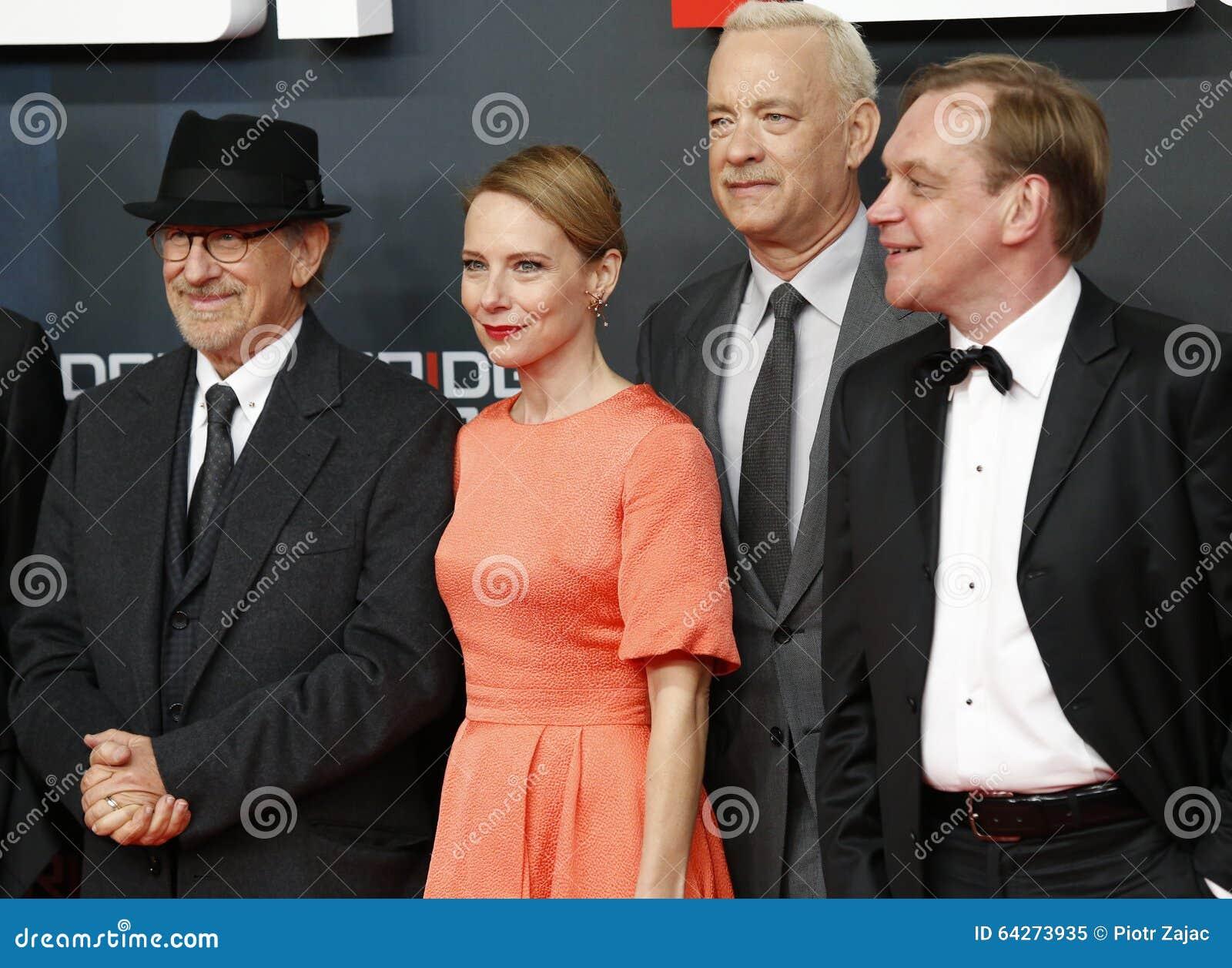 Steven Spielberg Amy Ryan Et Tom Hanks Assistent A La