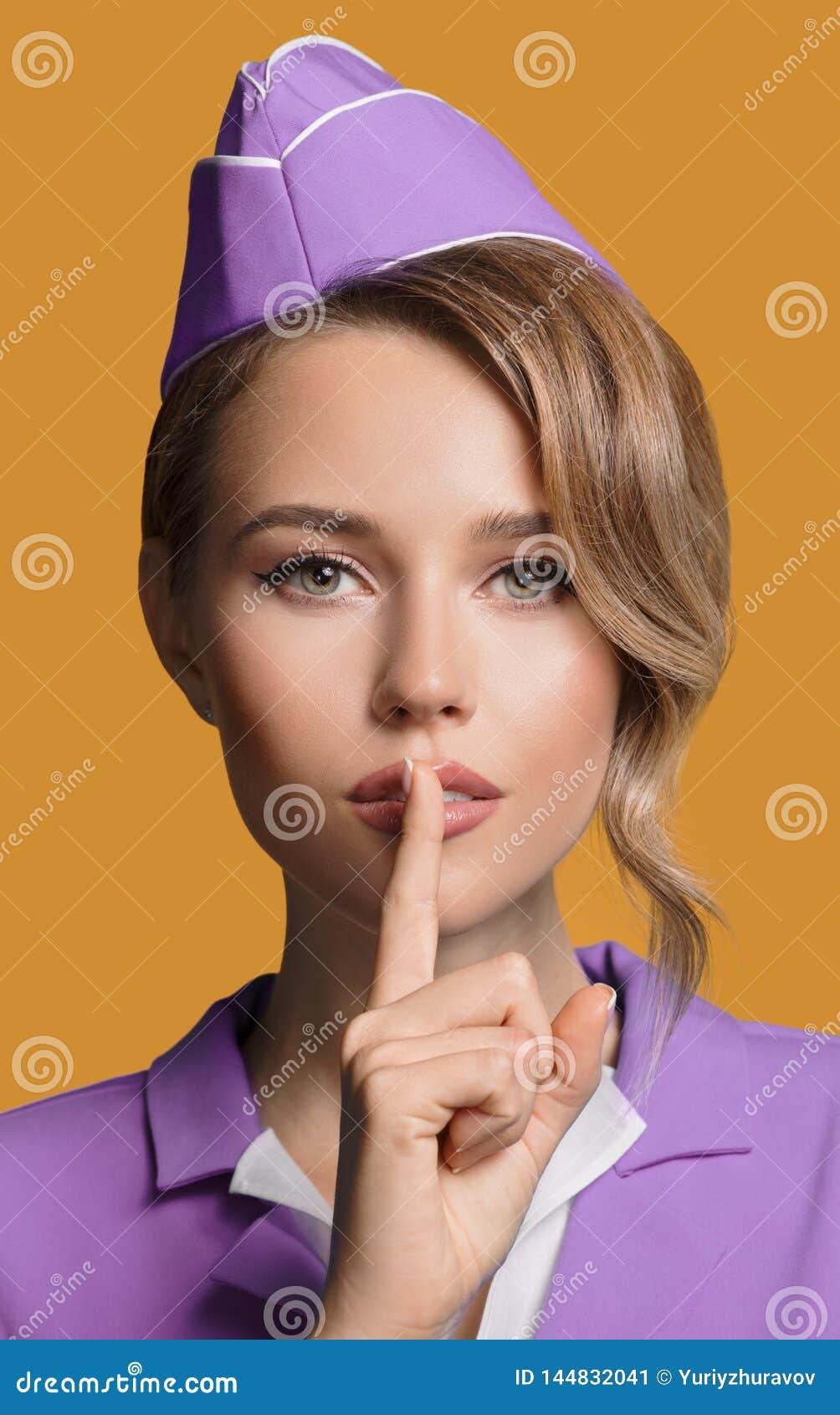 Stewardess показывая жест безмолвия