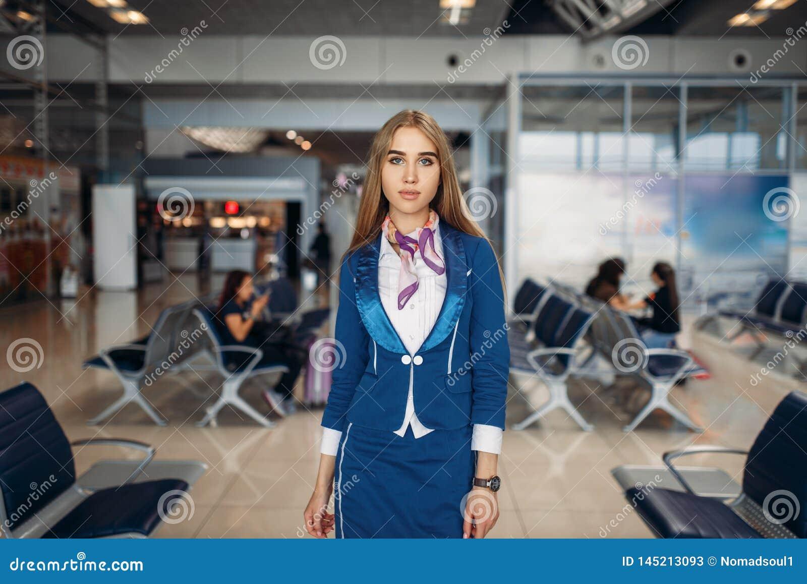 Stewardessen poserar i väntande område för flygplats